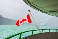 Kanadyjczyk flaga na łodzi przy Niagara Spada zdjęcia royalty free