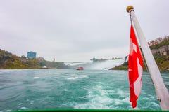 Kanadyjczyk flaga na łodzi przy Niagara Spada zdjęcie stock