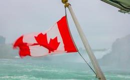 Kanadyjczyk flaga na łodzi przy Niagara Spada zdjęcia stock