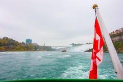 Kanadyjczyk flaga na łodzi przy Niagara Spada obraz stock