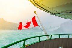 Kanadyjczyk flaga na łodzi przy Niagara Spada (Filtrujący wizerunek pro obraz stock