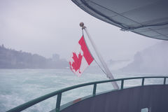 Kanadyjczyk flaga na łodzi przy Niagara Spada (Filtrujący wizerunek pro fotografia royalty free