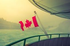 Kanadyjczyk flaga na łodzi przy Niagara Spada (Filtrujący wizerunek pro zdjęcie royalty free