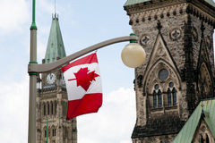Kanadyjczyk flaga na parlamentu wzgórzu Ottawa, Kanada - Obrazy Royalty Free