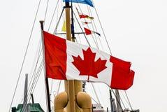 Kanadyjczyk flaga na Starym statku obraz stock