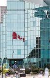 Kanadyjczyk flaga Odbijająca w Błękitny Szklany biura wierza fotografia stock