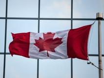 Kanadyjczyk flaga przed biznesowym budynkiem w Ottawa, Ontario, Kanada Ottawa jest stolic? Kanada zdjęcia royalty free