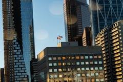 Kanadyjczyk i flagi amerykańskie lata w w centrum Calgary linia horyzontu zdjęcia royalty free