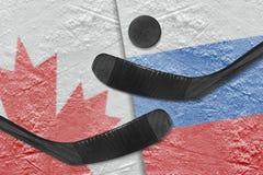 Kanadyjczyk i Rosyjskie flaga, dwa hokejowego kija hokejowego fotografia stock
