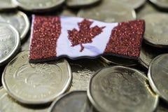 Kanadyjczyk jeden dolara monety z kanadyjczykiem zaznacza obraz stock