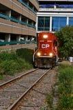 Kanadyjczyk Pacyficzna lokomotywa na pojedynczej linii kolejowej w Rochester fotografia royalty free