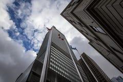 Kanadyjczyk & Quebec zaznaczamy przed Biznesowymi drapacz chmur w śródmieściu Montreal, Kanada, zdjęcie royalty free