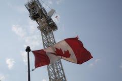Kanadyjczyka falowania budowy żurawia niskiego kąta chorągwiany strzał zdjęcie royalty free