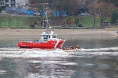 Kanadyjska straż przybrzeżna i Canoers Zdjęcia Royalty Free