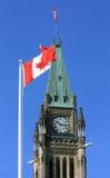 kanadyjski flaga pokoju wierza zdjęcie stock