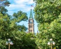 Kanadyjski parlamentu pokoju wierza wśród drzew fotografia stock
