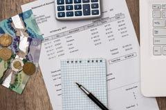 Kanadyjski pieniądze z laptopem, dokumentem, niecką i kalkulatorem, zdjęcia royalty free
