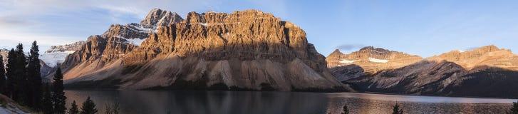 Kanadyjski pustkowie z skalistymi górami przy zmierzchem obraz stock