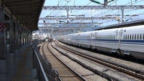 Kanagawa, Giappone-luglio 10,2017: Shinkansen, treno di pallottola giapponese, passa la stazione di Odawara archivi video