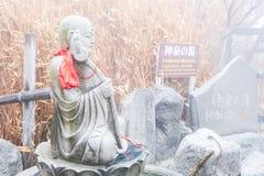 Kanagawa Japan - mars 23, 2019: Sikt av Owakudani den buddistiska templet på området runt om en krater som skapas under det sista arkivfoto