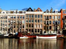 Kanal in Amsterdam Authentische Häuser Lizenzfreies Stockfoto