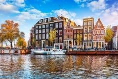 Kanal in Amsterdam die Niederlande bringt Fluss Amstel unter Stockfoto