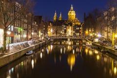 Kanal in Amsterdam nachts Lizenzfreie Stockfotos