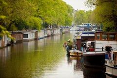 Kanal av Amsterdam i vår Arkivfoto
