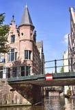 Kanal av Amsterdam med broar och det dekorativa kullerstenhuset Arkivbilder