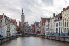 Kanal av Bruges med kyrkan, Belgien arkivfoto