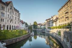 Kanal av den Ljubljanica floden i Ljubljana Royaltyfri Bild