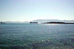 Kanal av Gibraltar med två skepp från Spanien Arkivfoto