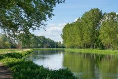 Kanal av vatten för jordbruks- bevattning Royaltyfria Bilder
