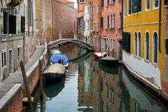 Kanal av Venedig i Italien royaltyfri fotografi