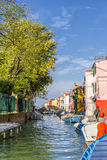 Kanal in Burano mit Brücke Stockbilder