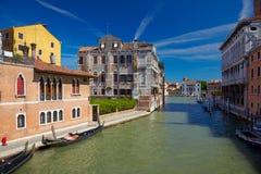 Kanal Cannaregio i Venedig, Italien Arkivfoton