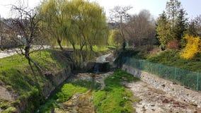 Kanal in der Stadt stockfotos