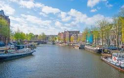 Kanal in der Stadt von Amsterdam im Frühjahr stockfotografie