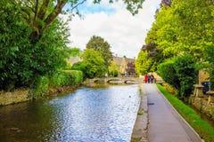 Kanal in einem englischen Dorf lizenzfreie stockbilder