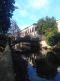Kanal in einem Park lizenzfreie stockfotos