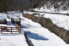 Kanal entlang Fluss-Straße lizenzfreies stockbild