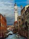 Kanal för San Giorgio deiGreci vatten och kyrkacampanile Arkivfoton