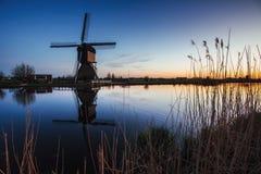 Kanal för väderkvarnar för färgrik vårsolnedgång traditionell holländsk i Rott Royaltyfri Fotografi