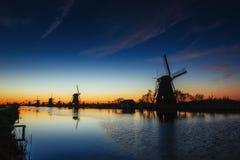 Kanal för väderkvarnar för färgrik vårsolnedgång traditionell holländsk i Rott Royaltyfria Foton