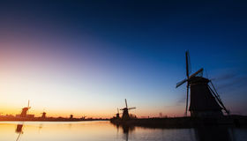 Kanal för väderkvarnar för färgrik vårsolnedgång traditionell holländsk i Rott Arkivfoto