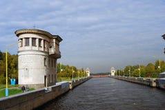 Kanal genannt nach Moskau in Russland Weg mit zwei Männern entlang dem Kanal Lizenzfreie Stockfotos