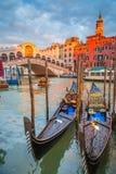 Kanal groß mit Gondeln und Rialto-Brücke bei Sonnenuntergang, Venedig, Italien lizenzfreie stockbilder
