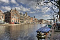 kanal holland leiden Royaltyfria Foton