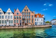 Kanal i Bruges med härliga belgiska tegelstenhus royaltyfri bild