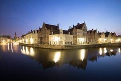 Kanal i Bruges på natten Royaltyfria Foton